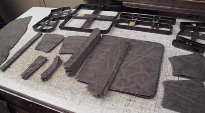 象革の財布製造様子